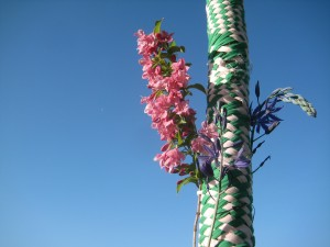 The resulting woven pattern on the pole!